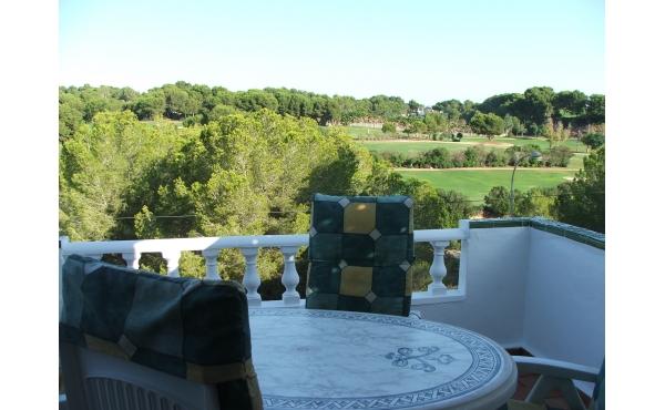 Otroligt välbevarad och mycket rymlig villa med utsikt över golf banor