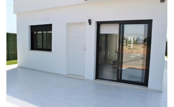Nya, välbyggda lägenheter nära stranden