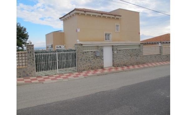 Villa med separat lägenhet och privat pool